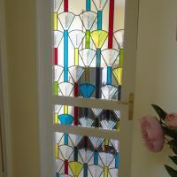 Vitrail contemporain à motif géométrique aux couleurs acidulées