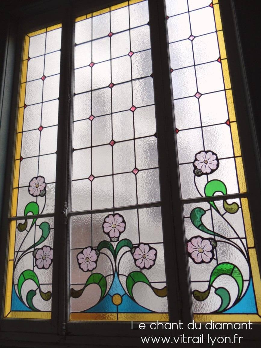 Baie vitrée à vitrail art-nouveau dans une montée d'escalier à Lyon 69006