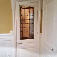 Vitrail classique géométrique sur porte de salon à Lyon 69006