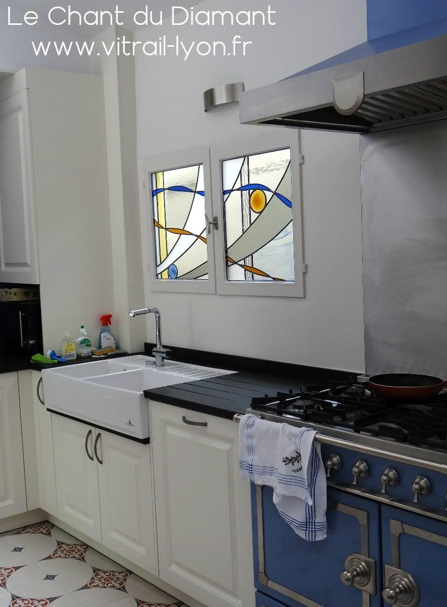 Vitrail contemporain en sur vitrage sur fenetre de cuisine 1