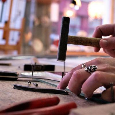 Marion Rusconi propose de la création et de la restauration de vitrail dans son atelier Le chant du diamant à lyontion restauration rusconi marion lyon