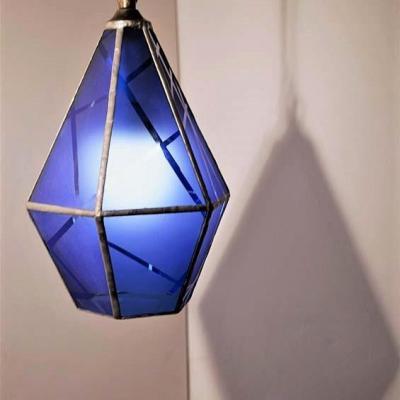 Création en vitrail d'une suspension lanterne en verre bleu sablée, créée par Marion Rusconi dans son atelier le chant du diamant à Lyon
