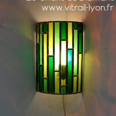 Luminaire applique d angle en vitrail verre vert creation de marion rusconi a l atelier le chant du diamant sur lyon 69004 rhone