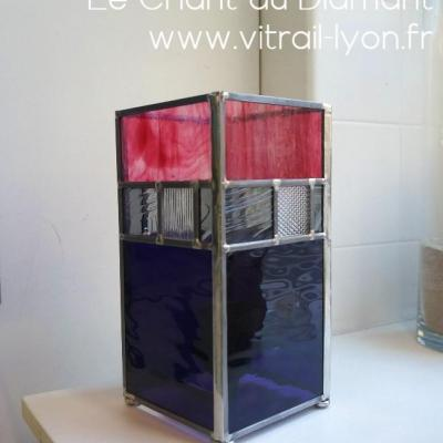 Luminaire en verre rose violet gris et incolore imprime