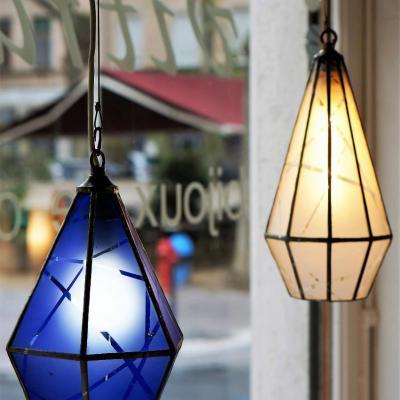 Luminaire suspension type lanterne en tiffany cree par marion rusconi a l atelier le chant du diamant marion sur lyon 69004 rhone