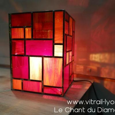 Luminaire vitrail en verre rouge cree par marion rusconi a l atelier le chant du diamant sur lyon 69004 rhone