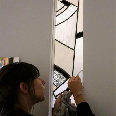 Marion rusconi vitrailliste en pose d un vitrail art deco dans un appartement du 6eme arrondissement de lyon
